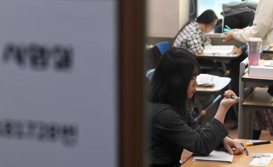 2020년도 대학수학능력시험일인 지난달 14일 오전 서울 중구 이화여자외국어고등학교 내 고사장에 입실한 한 수험생이 지급받은 샤프를 확인하고 있다. 최정동 기자