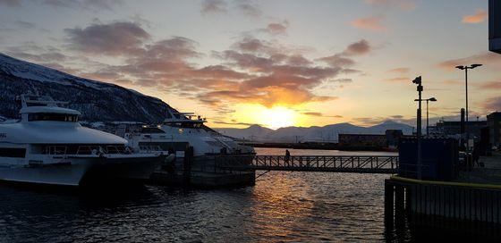 트롬쇠의 새해 첫 일출. 북위 70도에 있는데다 주위가 산으로 둘러싸여 새해가 한참 지난 1월22일이 되어서야 극야가 끝나고 새해 첫 일출을 볼 수 있다. [사진 한국해양수산개발원]