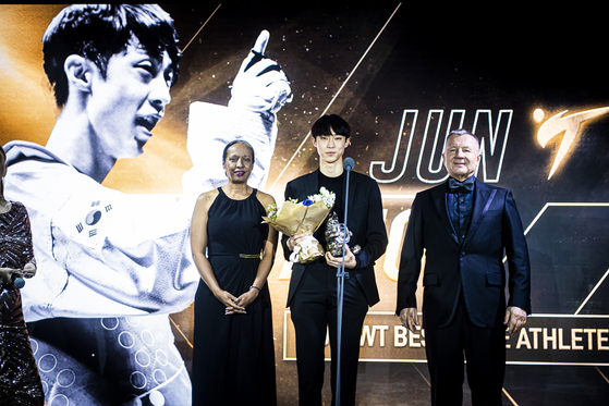 한국 태권도 기대주 장준(가운데)이 세계태권도 올해의 남자 선수로 선정됐다. [사진 세계태권도연맹]