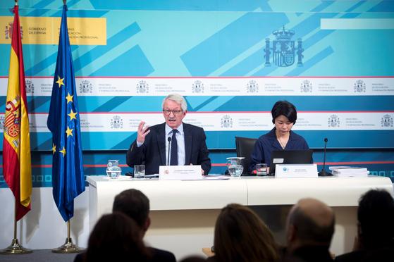 지난 3일 OECD가 79개국 70만명의 학생을 대상으로 진행된 PISA 2018 결과를 발표했다. 스페인 교육부장관 알렉한드로 티아나(왼쪽)와 PISA 수석 연구원 미야코 이케다가 스페인 마드리드에서 열린 기자회견에서 조사 결과를 설명하고 있다. [연합뉴스]