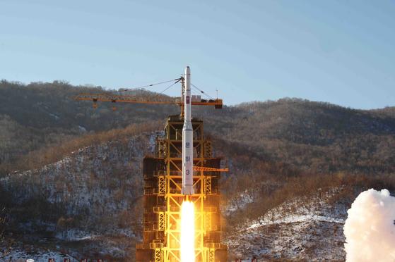 2012년 12월 조선중앙통신이 보도한 '서해위성발사장'에서의 장거리 로켓 '은하 3호' 발사 모습. [연합뉴스]