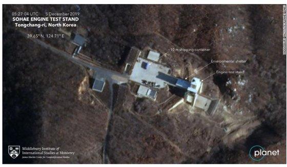 민간위성업체 '플래닛 랩스'가 지난 5일 촬영한 위성사진에는 동창리 미사일 발사장 앞에 대형 선적컨테이너가 놓여 있는 장면이 포착됐다. [CNN 캡처]