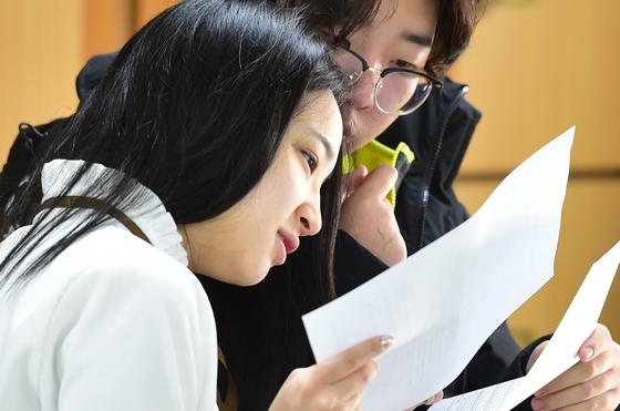 4일 2020학년도 수학능력시험 성적표가 배부된 4일 오전 인천광역시 연수구 연수여고 3학년 학생들이 성적표를 확인하고 있다. [뉴스1]
