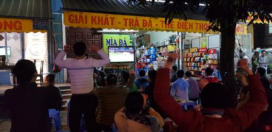 박항서호 경기를 TV로 지켜보던 베트남 팬들이 SEA 게임 결승에 오르자 환호하고 있다. [연합뉴스]