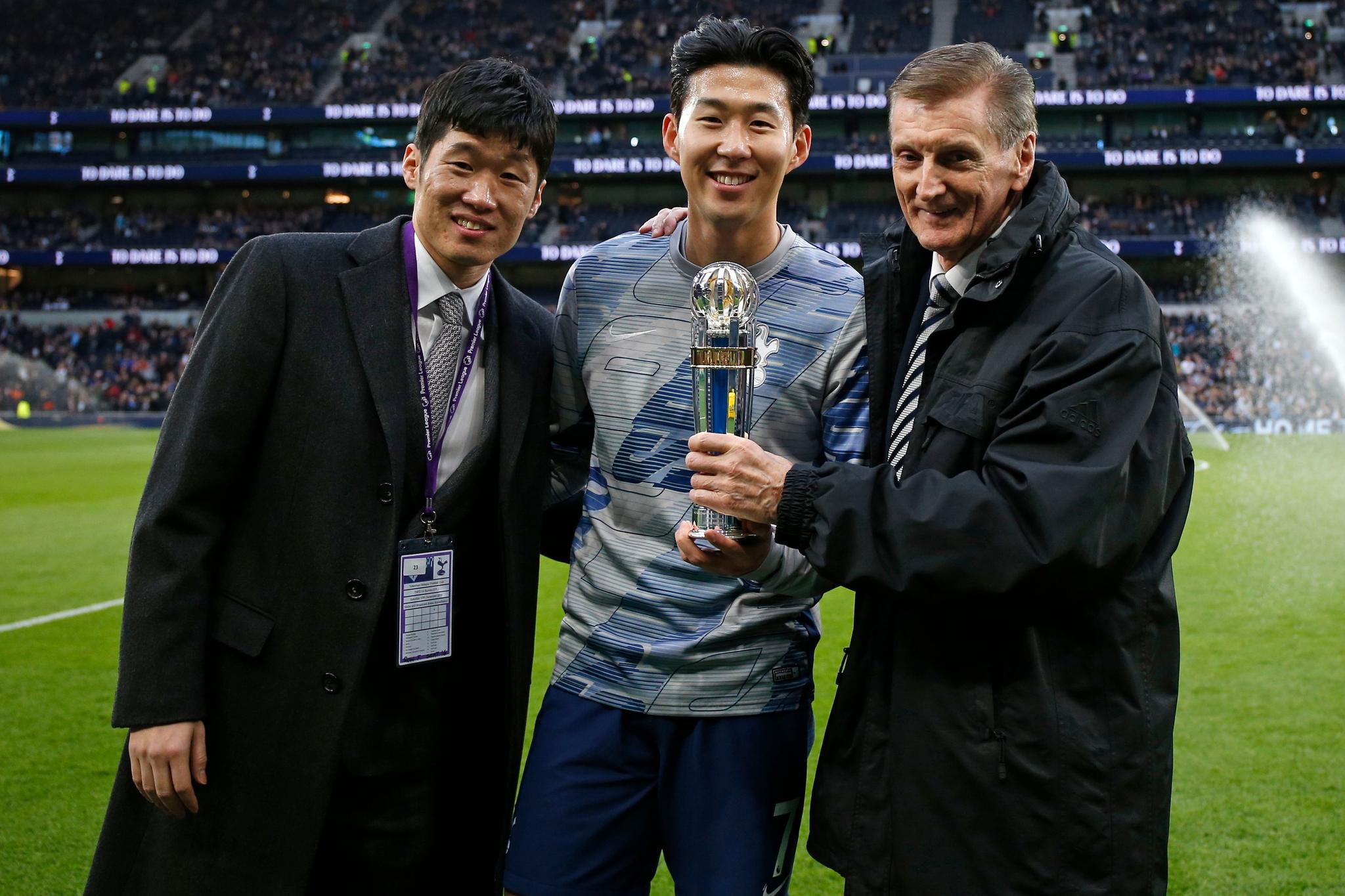 손흥민에게 아시아축구연맹 올해의 국제선수상 트로피를 전달하기 위해 런던을 찾은 박지성(왼쪽). [AFP=연합뉴스]
