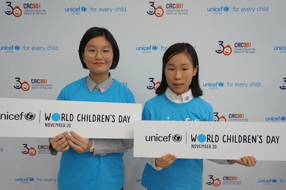 '세계 어린이의 날'을 기념하는 팻말을 들고 있는 윤주영(왼쪽)·박윤정 학생기자.