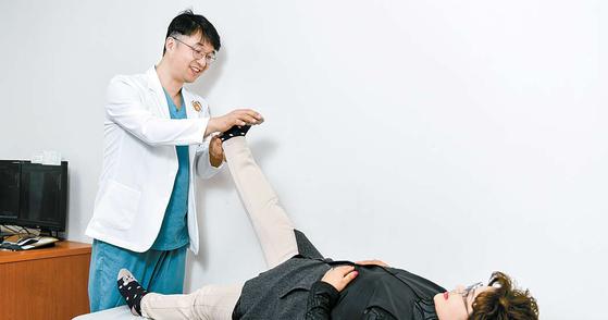 분당 서울나우병원 척추센터 안진우 원장(왼쪽)이 허리 통증으로 병원을 찾은 환자의 상태를 살펴보고 있다. 김동하 객원기자