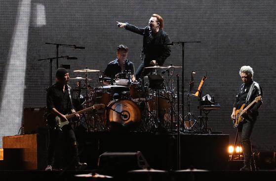 아일랜드 출신의 세계적인 록밴드 U2가 8일 오후 서울 구로구 고척스카이돔에서 결성 43년 만의 첫 내한 공연을 펼치고 있다. [연합뉴스]