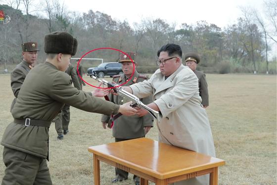 2019년 11월 25일 조선중앙TV가 보도한 김정은 국무위원장의 서해 창린도 방어부대 시찰 장면에서도 검정 렉서스SUV가 보인다. [연합뉴스]