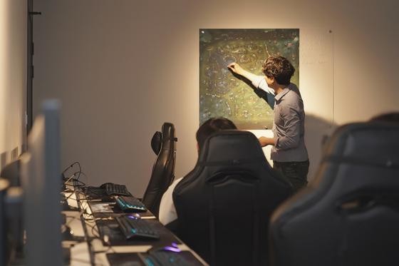 게임학원 강사가 벽에 걸린 리그오브레전드의 전장 지도를 짚어가며 전략을 설명하고 있다. [한국이스포츠아카데미 제공]
