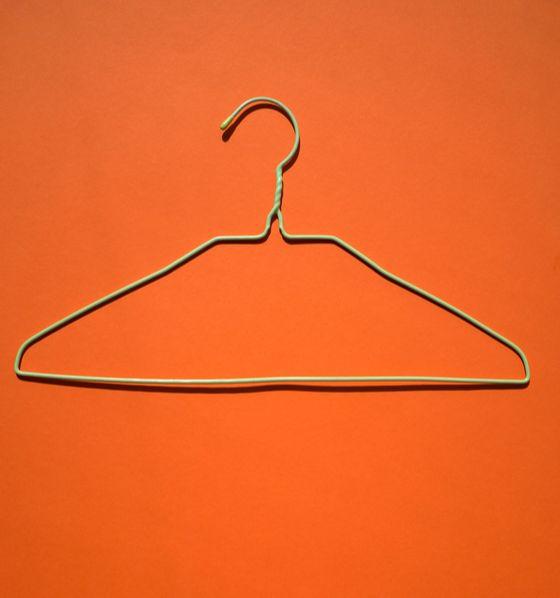 의도치 않아도 순식간에 불어나는 철제 옷걸이는 처치 곤란인 경우가 많다. [사진 Andrej Lišakov on Unsplash]