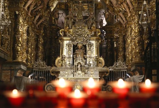 산티아고 데 콤포스텔라 성당. 성 야고보의 유해를 모신 성당으로 산티아고 순례길의 종점이다. 사진 중앙의 주인공은 예수가 아니다. 지팡이를 든 성인 사도 야고보다.