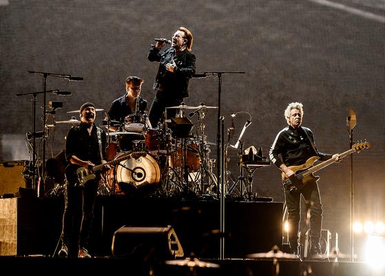 8일 서울 고척스카이돔에서 첫 내한공연을 펼친 U2. [사진 라이브네이션코리아]