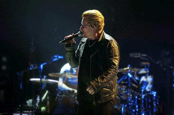 스페인 바르셀로나에서 진행된 순수와 경험 투어 콘서트 중 유명 로큰롤 음악 밴드 U2의 아일랜드인 보컬 보노가 노래를 부르고 있다. [EPA=연합뉴스]