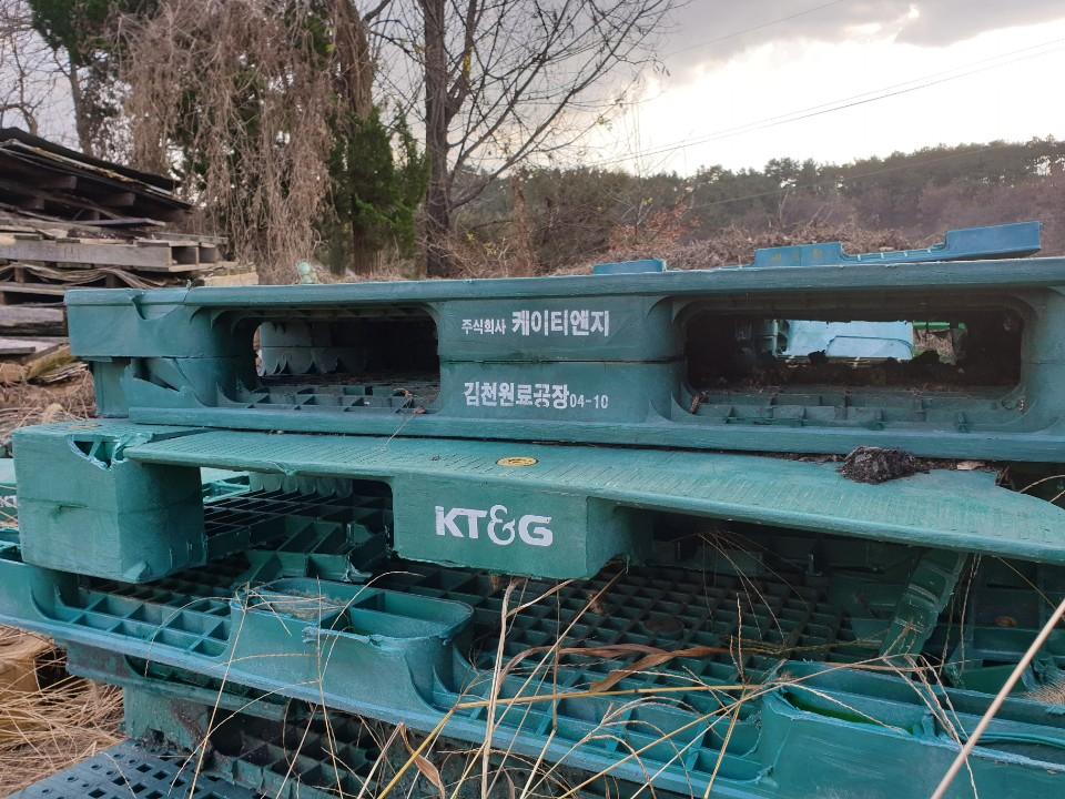 2017년 문을 닫은 '금강농산' 마당 한 켠에 '케이티앤지'라고 적힌 팰릿(화물을 쌓는 틀)이 쌓여 있다. 과거 KT&G에서 사들인 연초박을 옮길 때 쓰였다. 익산=김준희 기자