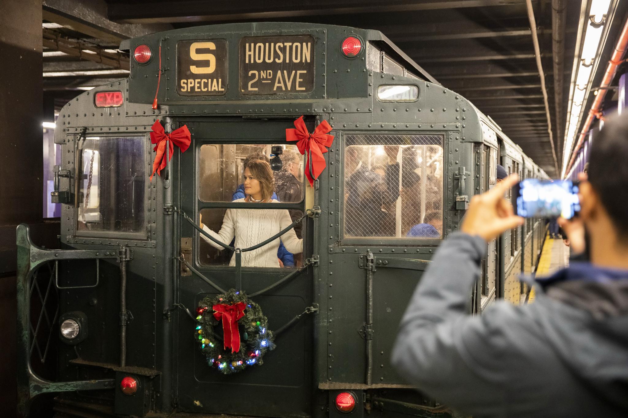 뉴욕 시민들이 8일 '추억의 옛날 지하철 타기' 행사에 참가해 1930년대 지하철을 타보고 있다. [Xinhua=연합뉴스]