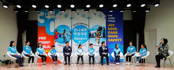 지난 11월 20일에 열린 '유니세프 아동대담 - 국회의원에게 묻다'에 박윤정(맨 왼쪽)·윤주영(오른쪽에서 두 번째) 소중 학생기자가 참여했다. 아동들의 목소리에 대한 국회의원들의 답변을 들은 뒤 만족도를 얼굴 표정으로 나타냈다.