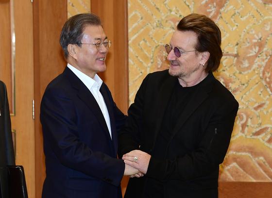 문재인 대통령이 9일 오전 청와대 본관 접견실에서 록밴드 U2의 리더 보노와 인사를 나누고 있다. 청와대사진기자단