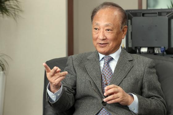 김승유 전 하나금융그룹 회장이 2일 중앙일보와 인터뷰하고 있다. 최정동 기자