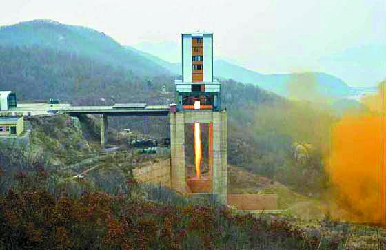 북한이 2017년 3월 18일 서해위성발사장 엔진 시험장에서 신형 고출력 로켓의 분사 시험 모습. 엔진 시험대 콘크리트 구조물 앞쪽으로 노란 모래바람이 발생하고 있다.[노동신문]