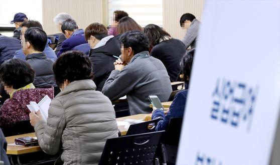 서울 고용복지플러스센터 실업급여 설명회장에서 실업급여를 신청한 실직자들이 실업급여 지급 관련 설명을 듣고 있다. [연합뉴스]