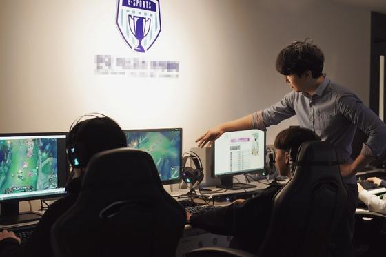 강남의 한 게임 학원에서 '리그오브레전드' 게임을 연습하는 학생들이 강사의 지도를 받고 있다. [한국이스포츠아카데미 제공]