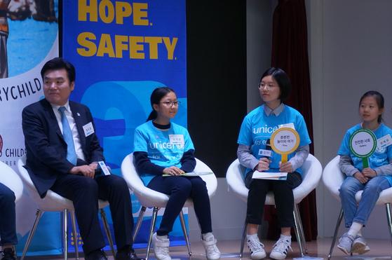 윤주영(오른쪽에서 두 번째) 학생기자는 '충분한 놀이와 여가'에 대한 의견을 국회의원에게 전달했다.