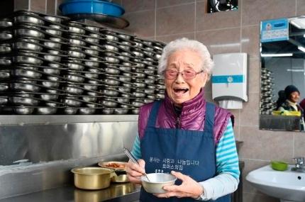 33년째 무료급식소에서 봉사해 온 정희일(95) 할머니가 급식소 주방에서 웃음짓고 있다. [사진 LG복지재단]
