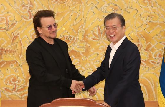 문재인 대통령이 9일 청와대에서 예방한 록밴드인 U2의 보컬이자 사회운동가 보노 접견에 앞서 인사하고 있다. [연합뉴스]