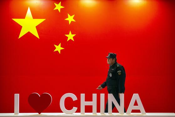 """지난 10월 중국 베이징에서 열린 PT엑스포 행사장에 걸린 중국 깃발과 """"I Love China"""" 문구.[AP=연합뉴스]"""
