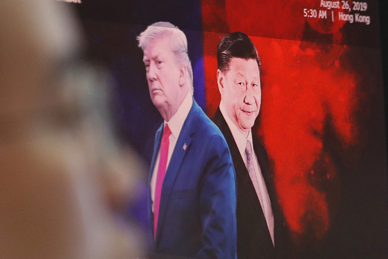 지난 8월 도널드 트럼프 미국 대통령(왼쪽)과 시진핑 중국 국가주석의 모습을 담은 사진이 한국 KEB하나은행 본사 사무실에 걸려있다. [AP=연합뉴스]