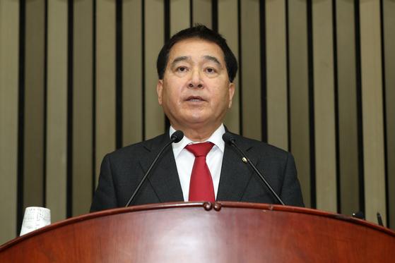 심재철 자유한국당 원내대표가 9일 서울 여의도 국회에서 열린 의원총회에서 모두발언을 하고 있다. [뉴스1]