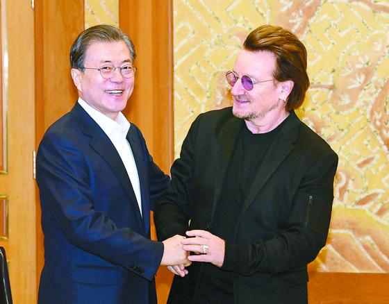 """문재인 대통령이 9일 청와대를 방문한 아일랜드 출신 록밴드 'U2'의 보컬이자 사회운동가인 보노와 인사하고 있다. 문 대통령은 '평화의 길에 음악을 비롯한 문화·예술의 역할이 크다""""고 말했다. 보노는 '음악은 힘이 세다""""며 남북 음악인들이 큰 역할을 할 것이라고 답했다. [청와대사진기자단]"""