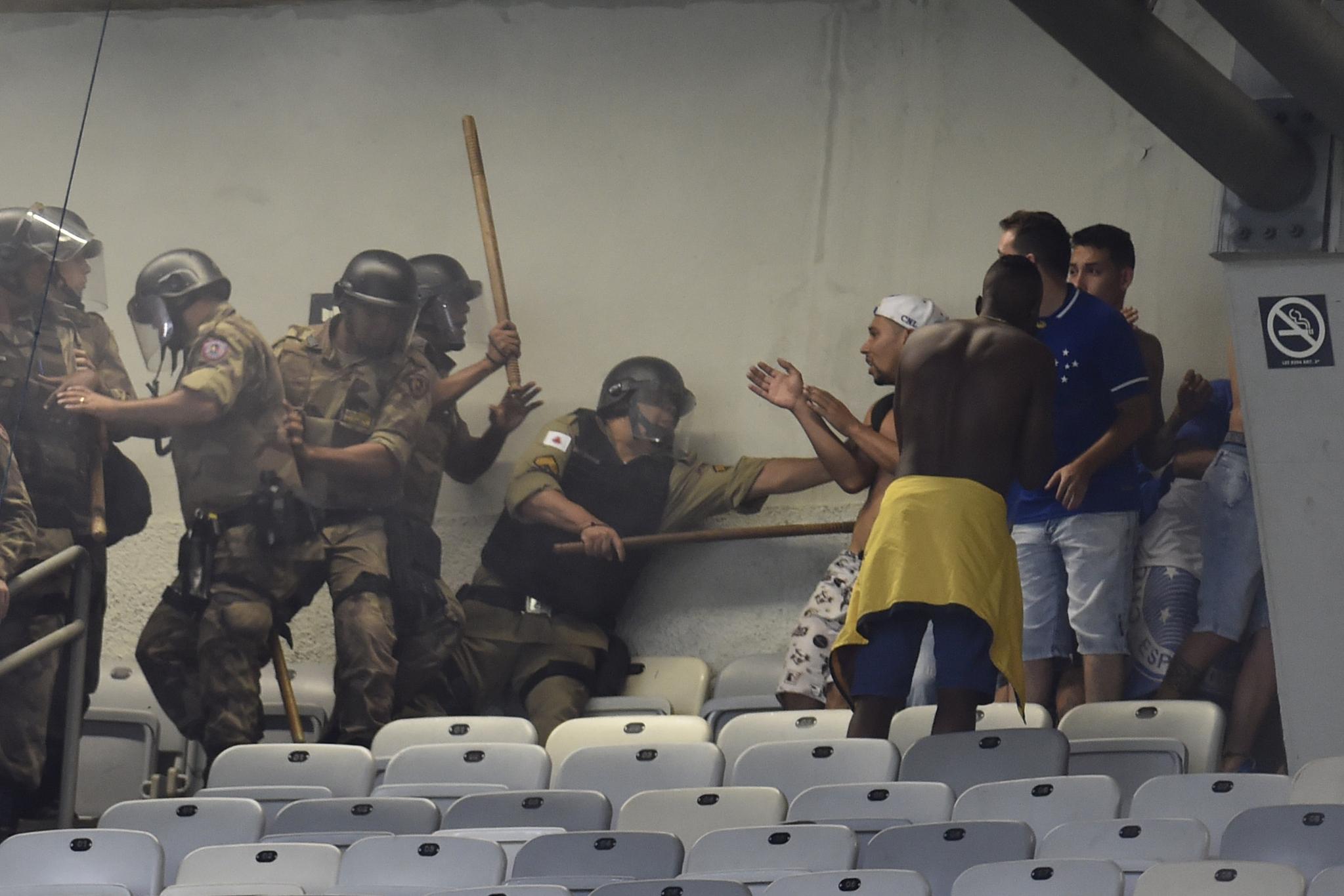 브라질 경찰들이 8일(현지시간) 크루제이루와 파우메이라스의 축구 경기 도중 난동을 부리는 크루제이루 팬을 진압하고 있다. [AFP=연합뉴스]