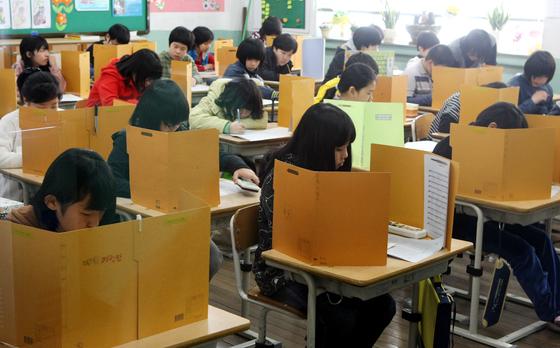 2011년을 시작으로 서울, 경기도 소재 초등학교에서 중간·기말고사가 폐지되자, 사설시험으로 몰리는 초등학생들이 증가하고 있다. 해당 사진은 기사와 직접적인 관련이 없음. [중앙포토]