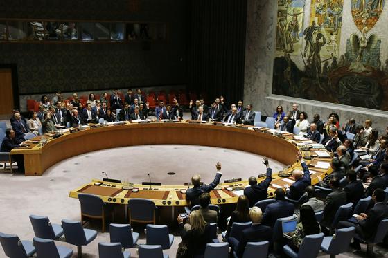 유엔 안전보장이사회가 2017년 9월 11일 북한의 6차 핵실험에 따라 새로운 제재 결의를 중국, 러시아를 포함해 회원국 만장일치로 통과시키고 있다. [AP=연합뉴스]