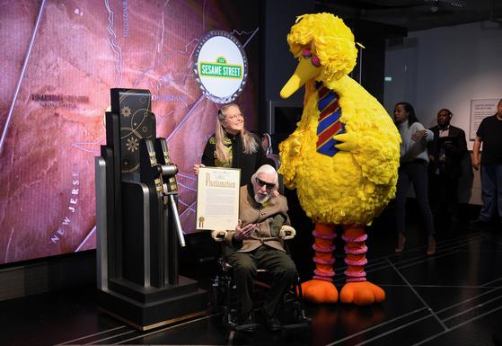 지난달 8일 뉴욕 엠파이어 스테이트 빌딩에서 열린 인기 어린이 교육 프로그램 '세서미 스트리트'의 50주년 기념식에서 캐럴 스피니가 인형 빅버드와 함께 기념찰영하고 있다. [AP=연합뉴스]