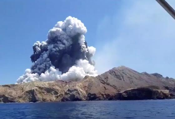 지난 9일 화산 분화로 다수의 사상자를 낸 뉴질랜드 화이트섬의 분화 모습. [로이터=연합뉴스]
