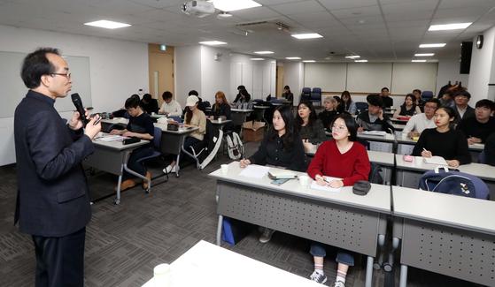 박영호 한반도평화만들기 학당 교장이 9일 오후 중앙일보 2층 강의실에서 대학생들을 상대로 강연하고 있다. 변선구 기자