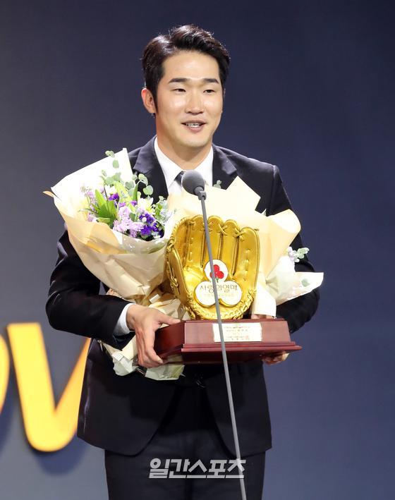 '2019 신한은행 MY CAR KBO 골든글러브 시상식' 9일 오후 서울 코엑스 오디토리움에서 열렸다. SK 박종훈이 사랑의 골든 글러브상을 수상하고 소감을 얘기 하고 있다. 정시종 기자