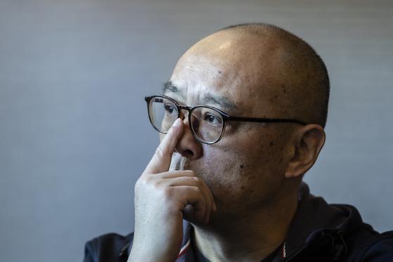 """장샤오강은 '작품에 담고 싶은 것은 과거의 역사를 어떻게 바라보고 미래로 나가야 하는가의 이야기""""라고 말했다. 권혁재 사진전문기자"""