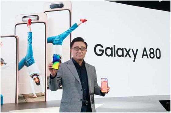 삼성전자 IM부문 고동진 사장이 지난 4월 태국 방콕 'A 갤럭시 이벤트' 에서 제품을 소개하고 있다. 삼성전자는 오는 12일 베트남에서 2020년형 갤럭시A 시리즈를 선보인다. [사진 삼성전자]
