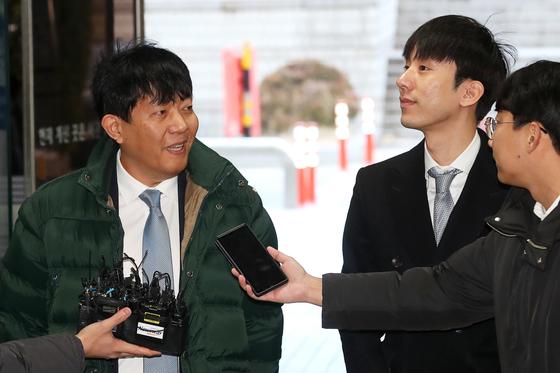 2일 오전 서울 서초구 서울중앙지법에서 여객자동차 운수사업법 위반 혐의로 기소된 이재웅 쏘카 대표(왼쪽)와 타다 운영사 VCNC의 박재욱 대표가 첫 공판에 출석하며 취재진의 질문을 받고 있다. 장진영 기자