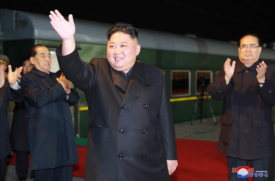북한 조선중앙통신은 김정은 국무위원장이 북·러정상회담을 위해 지난 4월 24일 새벽 블라디보스토크로 출발했다는 기사를 사진과 함께 홈페이지에 게시했다. 사진은 김 위원장이 전송 인파를 향해 손을 흔들어 인사하고 있는 모습. 양옆으로 박봉주·리수용 당 부위원장이 박수치고 있다.[조선중앙통신=연합뉴스]