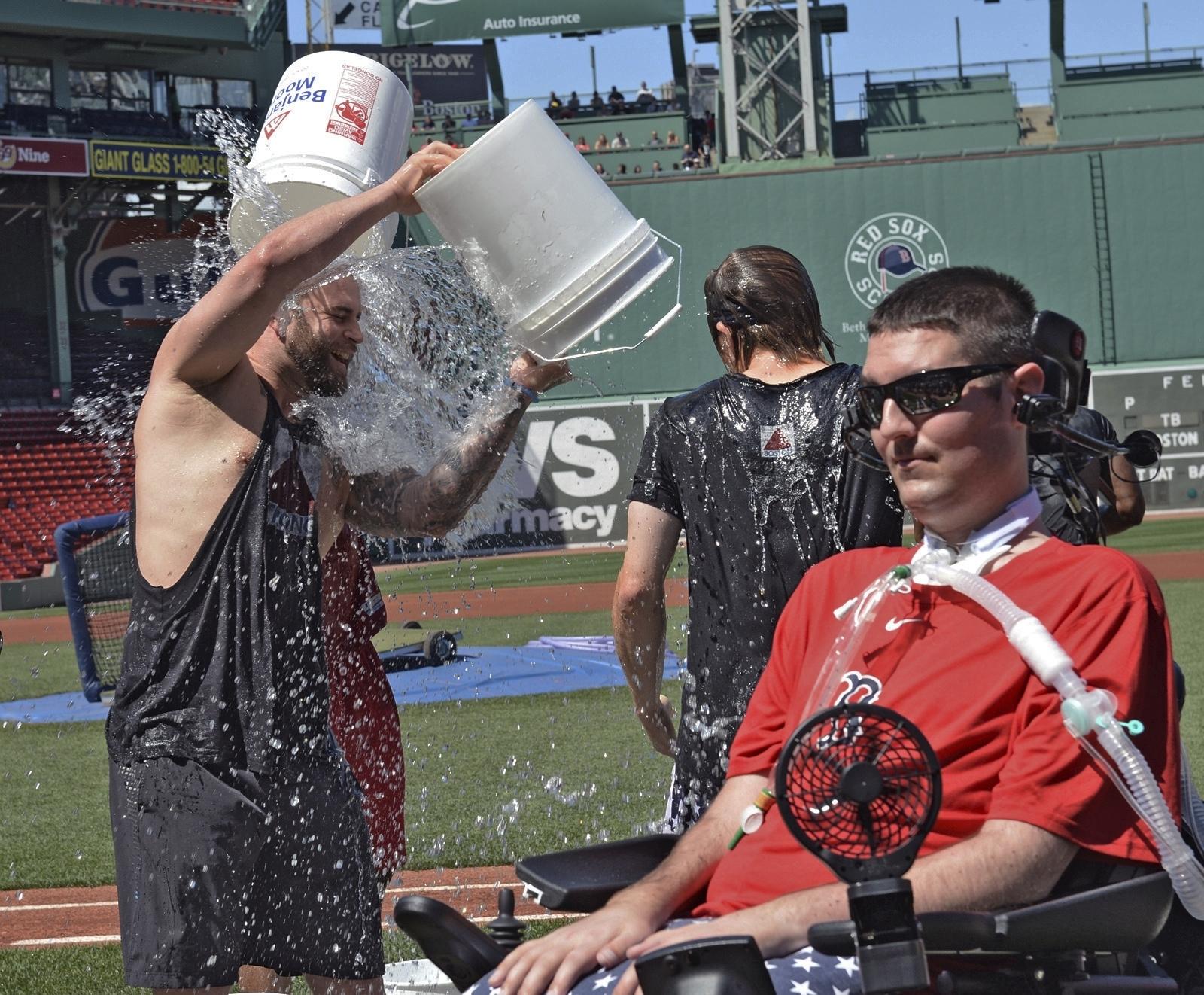 2015년 7월 31일 펜웨이파크에서 피트 프레이츠가 참석한 가운데 보스턴 레드삭스 선수들이 '아이스버킷 챌린지'에 참가하고 있다. [AP=연합뉴스]