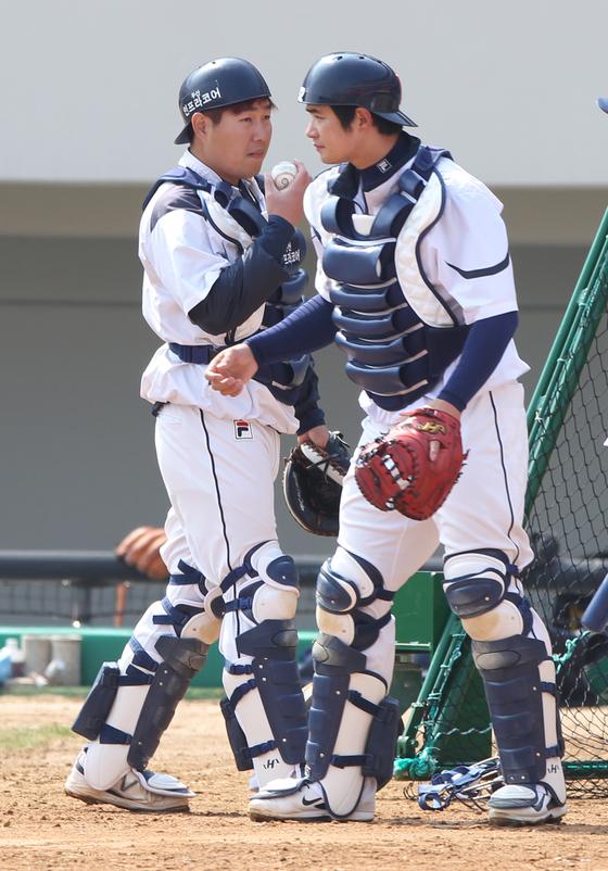 2014년까지 포수였던 김재환(오른쪽)과 양의지.