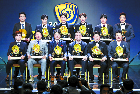 2019 골든글러브 수상자들이 기념 촬영을 하고 있다. 뒷줄 왼쪽부터 시계방향으로 박종훈(사랑의 골든글러브)·김하성(유격수)·박병호(1루수)·이정후(외야수)·최정(3루수)·채은성(페어플레이)·페르난데스(지명타자)의 대리수상자 배영수·양의지(포수)·린드블럼(투수)·샌즈(외야수)의 대리 수상자 홍원기 코치·로하스(외야수)의 대리수상자 김강 코치·박민우(2루수). [뉴스1]