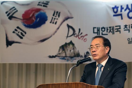 하윤수 한국교총 회장이 지난 10월 25일 서울 서초구 한국교원단체총연합회에서 '학생들과 함께 하는 독도 교실'에서 인사말을 하고 있다. [뉴스1]