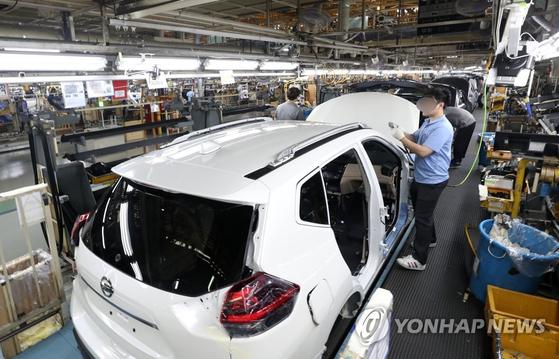 로노삼성차 부산공장에서 근로자들이 작업하고 있다. [연합뉴스]