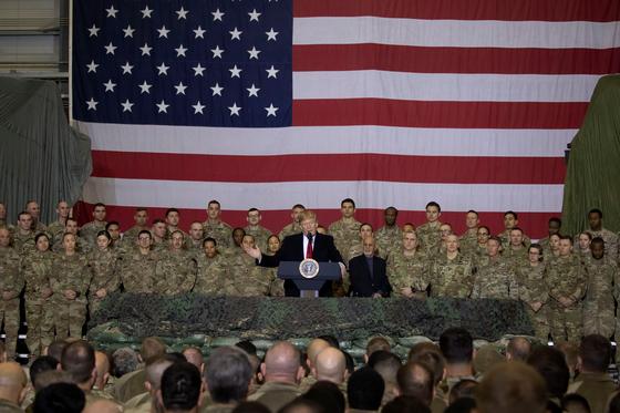 아프가니스탄 전쟁은 미국에 아픈 상처다. 도널드 트럼프 대통령이 지난달 아프간 군 기지를 깜짝 방문해 군 병력 감축 계획을 밝히고 있다. [AP=연합뉴스]